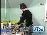 Венц наливает воду в чайник